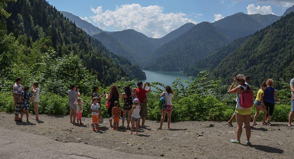 Туристы в Абхазии