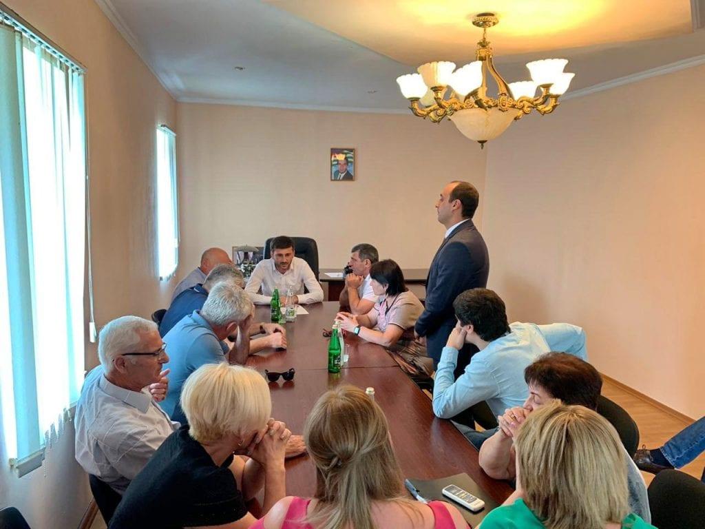 Юрий Хагуш представил коллективу нового исполняющего обязанности главы Администрации п. Бзыпта Эдгара Кетия
