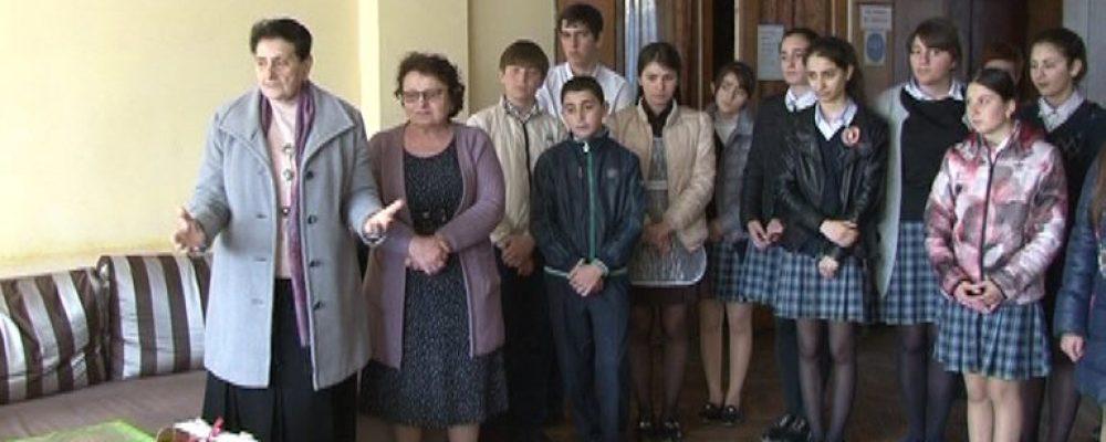Учащиеся и педколлектив лапстархской средней школы № 1  посетили инвалидов Отечественной войны народа Абхазии в республиканском реабилитационном центре