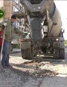 По улице Абазгаа ведется ямочный ремонт дорог