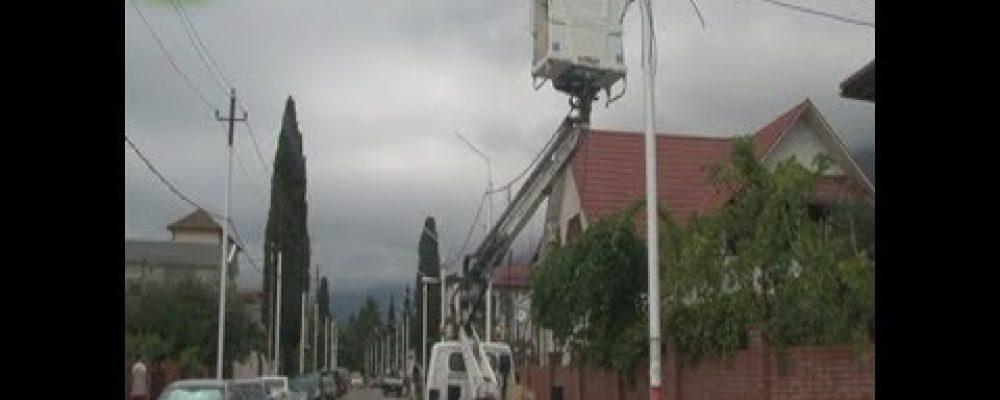 В Гагре по улице Терешковой завершены работы по установке новых электростолбов